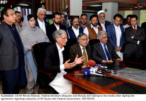 ISLAMABAD: CM KP Pervez Khattak, Federal Ministers Ishaq Dar and Khwaja Asif talking to the media after signing the agreement regarding resolution of KP issues with Federal Government. INP PHOTO