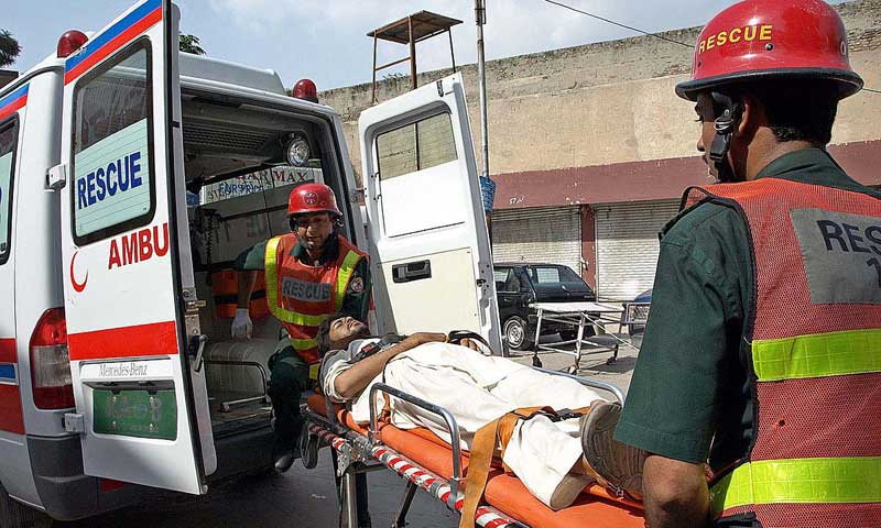 RAWALPINDI: August 20 – Rescue 1122 staffers shifting the injured person of a road accident at Rawat to DHQ Hospital. APP photo by Abid Zia