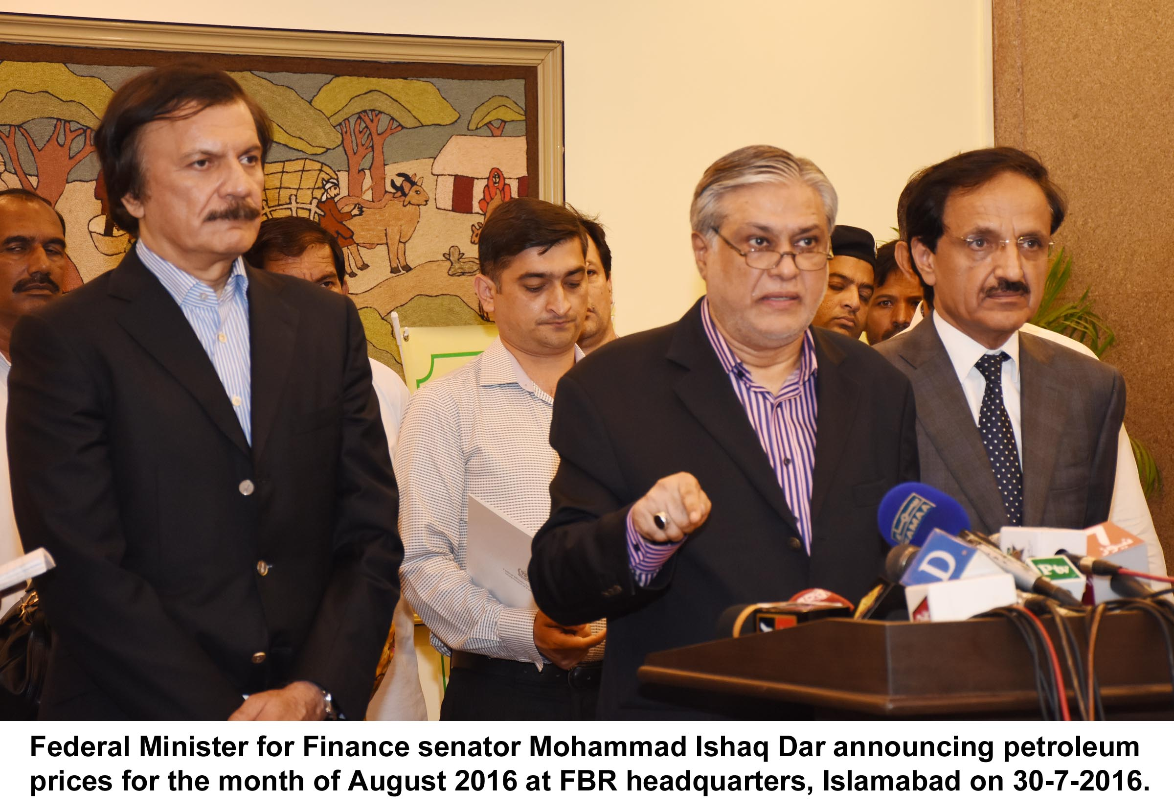 Federal Minister for Finance senator Mohammad Ishaq Dar announcing petroleum prices for the month of August 2016 at FBR headquarters, Islamabad on 30-7-2016.