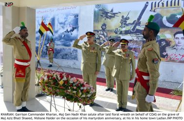 KHARIAN: Garrison Commander Kharian, Maj Gen Nadir Khan salute after laid floral wreath on behalf of COAS on the grave of Maj Aziz Bhati Shaeed, Nishane Haider on the occasion of his martyrdom anniversary, at his in his home town Ladian. INP PHOTO