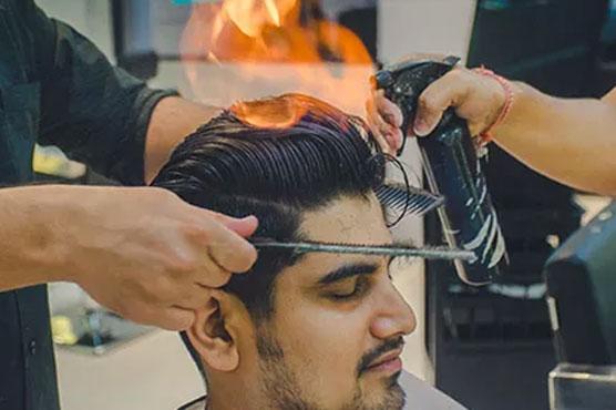 آگ کے ذریعے بال کاٹنے والا بھارتی حجام